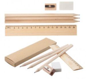 3 grafitové tužky, pravítko, ořezávátko a guma v kartonové krabičce.