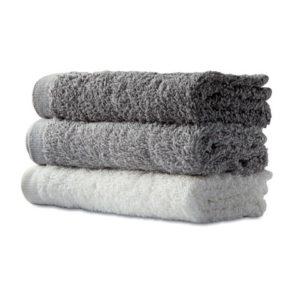Sada ručníků v košíku