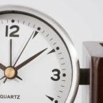 Stojánek na psací potřeby s hodinami